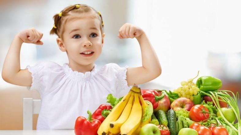 Девочка с фруктами овощами