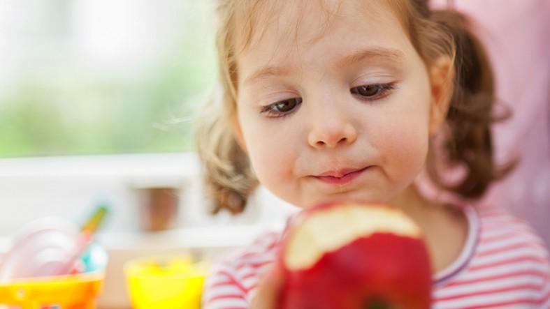 Ребенок и яблоко