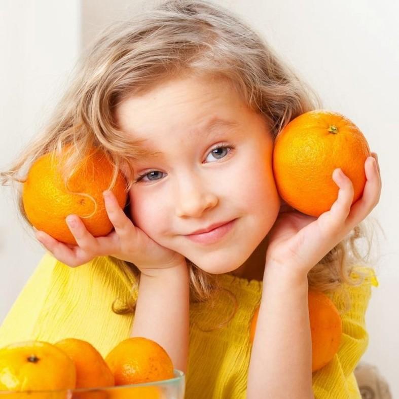 Ребенок и апельсины