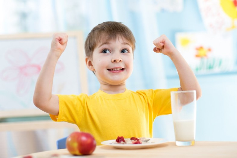 Ребенок и стакан молока
