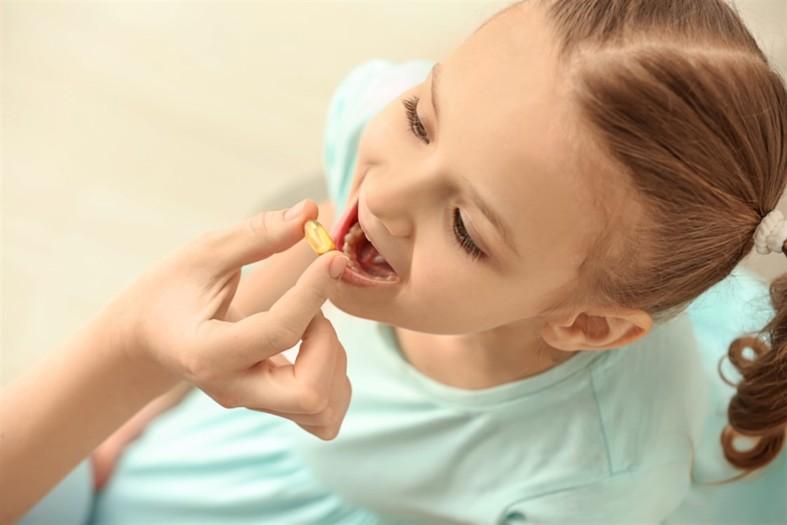 Ребенку дают витаминку
