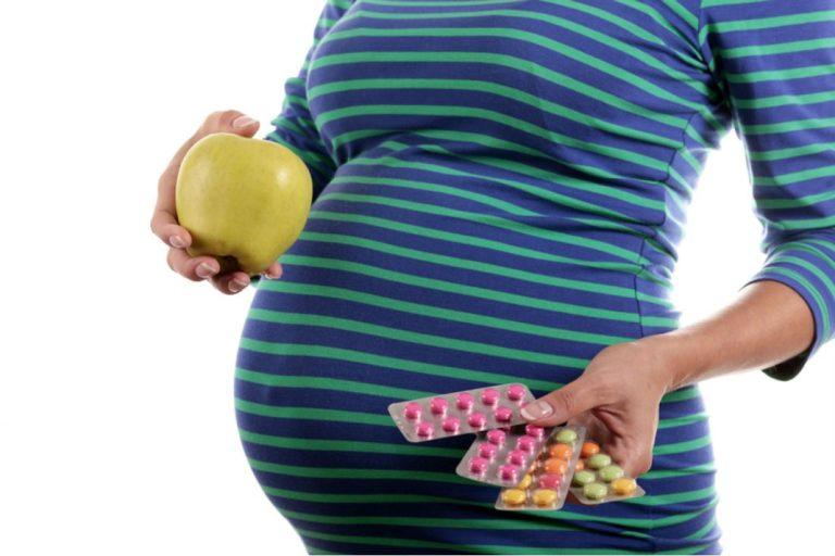 Витамины и беременная девушка